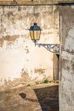 Lampa bredvid stilen för tappning för tegelstenvägg arkivbilder