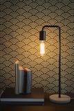 Lampa för Edison glödtrådtabell och bokhemmiljö royaltyfri fotografi
