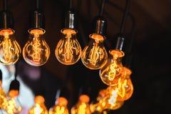Lampa för Edison ` s i vindstilen, mycket glödande lampor med mönstrade volframglödtrådar som en inregarnering Royaltyfria Foton