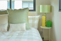 Lampa för grön tabell med sängkläder för intrig för grön färg Royaltyfri Fotografi