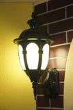 Lampa för metall för tappninggatavägg i stad fotografering för bildbyråer
