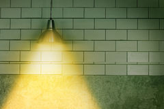 Lampa för takljus på den mörka väggen Arkivbild