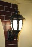 Lampa för tappninggatavägg i stad royaltyfria foton