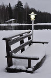Lampa i ławka zakrywający z śniegiem Obrazy Stock