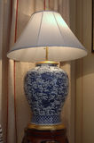 Lampa i formen av en vas Royaltyfri Bild