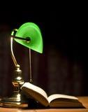 lampa książkowy elektryczny zielony stół Obraz Royalty Free