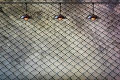 Lampa med det band staketet och den Grungy betongväggen Royaltyfri Foto