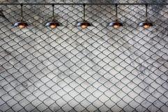 Lampa med det band staketet och den Grungy betongväggen Fotografering för Bildbyråer