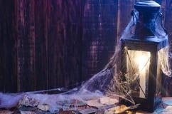 Lampa med en brinnande stearinljus på en träbakgrund Royaltyfri Bild