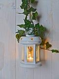 Lampa med en stearinljus på ett gammalt bräde Arkivfoton