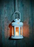 Lampa med en stearinljus på ett gammalt bräde Royaltyfria Foton