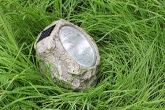 Lampa med fotocellen i det våta gräset Royaltyfri Foto