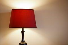 Lampa med röd lampkupa. Arkivbilder