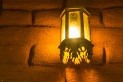 Lampa med a-tegelstenväggen Arkivfoto