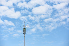 Lampa med vitmoln och blå himmel Royaltyfria Bilder