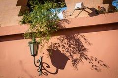 Lampa na ścianie w Marrakech Medina Fotografia Stock
