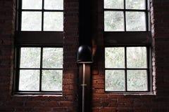 Lampa na ?cianie z cegie? i pobliskich okno Loft styl obrazy stock