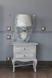 Lampa na białym oryginalnym wezgłowie stole Obrazy Royalty Free