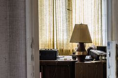 lampa na biurku w domu obrazy royalty free