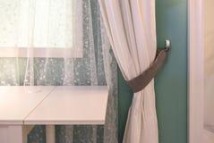 Lampa na wezgłowie stole przeciw latticed okno w pokoju obrazy royalty free