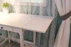 Lampa na wezgłowie stole przeciw latticed okno w pokoju fotografia royalty free