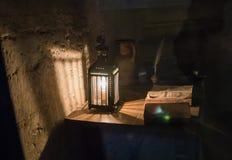 Lampa och bok i den skapade på nytt fängelsecellen, Conciergerie, Paris, Fra Arkivfoton