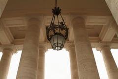 Lampa och pelare på piazza San Pietro i Vaticanen Royaltyfria Bilder