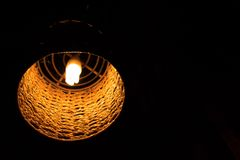 Lampa orange ljus som ?r dekorativt i hem arkivbild