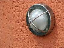 lampa - orange utvändig vägg Arkivfoton