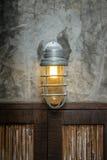 Lampa ovanför de wood dörrarna royaltyfri foto