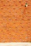 Lampa på den orange tegelstenväggen Royaltyfri Bild