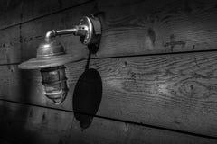 Lampa på den wood bron royaltyfri bild