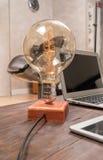 Lampa på det funktionsdugliga skrivbordet Arkivbild
