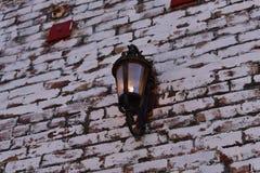 Lampa på en tegelstenvägg royaltyfri foto