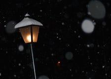 Lampa på natten i snön Arkivbild