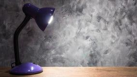 Lampa på trätabellen med tappningväggbakgrund fritt avstånd Arkivbild