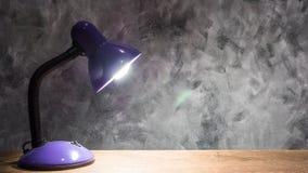 Lampa på trätabellen med tappningväggbakgrund fritt avstånd Royaltyfri Fotografi