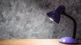 Lampa på trätabellen med tappningväggbakgrund fritt avstånd Royaltyfria Foton