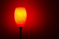 Lampa som skiner rött och orange färgljus Royaltyfri Fotografi
