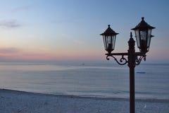 Lampa stojak przy wschodem słońca, Menton, Francja fotografia stock