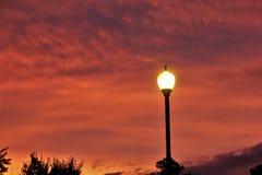 Lampa-stolpe lampa under skymningtimmar Royaltyfria Foton
