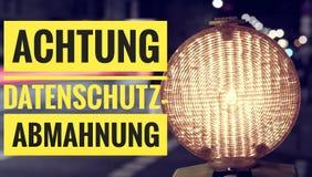 Lampa w z niemiec Achtung Datenschutz-Abmahnung w angielskim uwagi prywatności ostrzeżeniu Zdjęcia Royalty Free