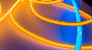Lampada al neon blu gialla di forma di profilato tondo per tubi illustrazione vettoriale