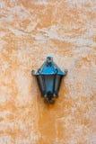 Lampada all'aperto del giardino sulla parete arancio immagine stock