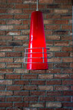 Lampada alla moda del cono che appende muro di mattoni vago Immagine Stock