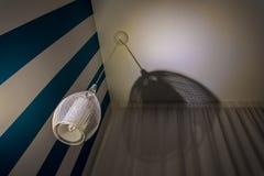 Lampada alla moda del soffitto accanto alla parete bianca blu con la tenda fotografie stock libere da diritti