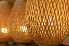 Lampada arancio di vimini fatta di legno fotografie stock libere da diritti