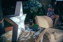 Lampada bianca della stella con le lampadine sopra la tavola immagini stock
