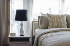 Lampada in bianco e nero sulla tavola di legno in camera da letto di lusso Fotografia Stock Libera da Diritti