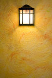 Lampada classica di colore marrone scuro sulla parete astratta gialla Fotografia Stock Libera da Diritti